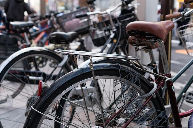 東京の歩道駐車場に座席を備えたクラシックな自転車の列