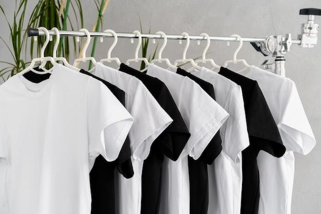 ラックにぶら下がっている黒と白のtシャツの列