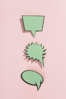 ピンクの背景に空白のスピーチの泡の行