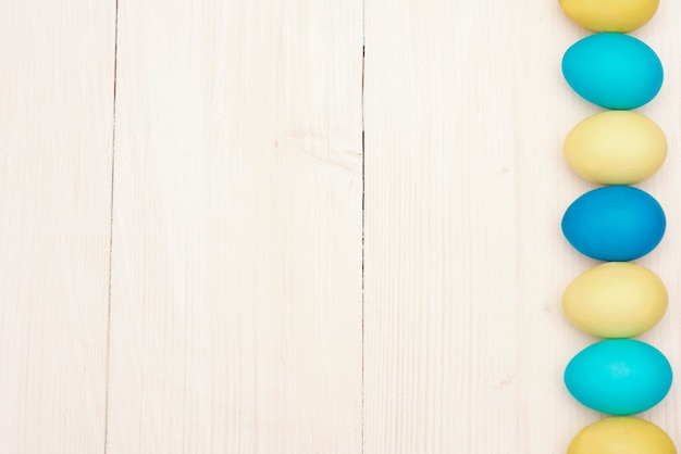 青と黄色のイースターエッグの列