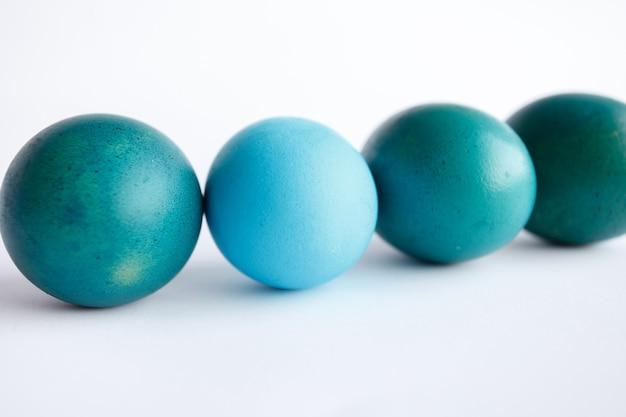 파란색 부활절 달걀 흰 배경에 고립의 행