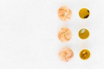 ボウルの様々な油で配置されたパンの列
