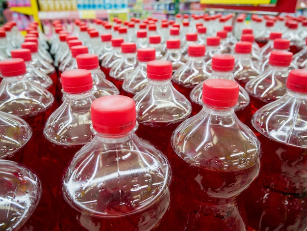 Ряд бутылок газированных безалкогольных напитков