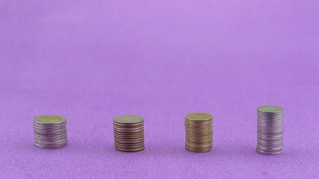 보라색 종이 배경에 고립 된 동전 태국 바트의 행