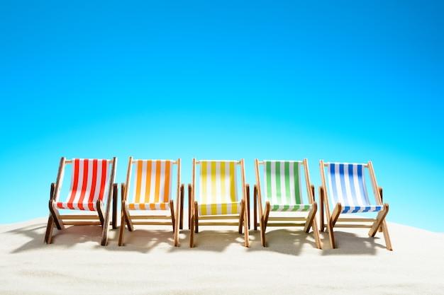 砂浜のカラフルな長椅子の列、コピースペースのある空