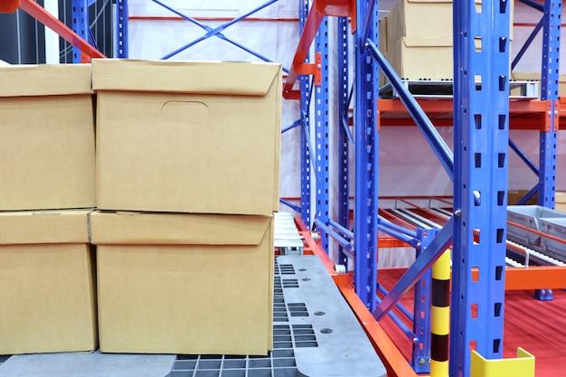 Ряд хлопковых коробок хранится на складских полках