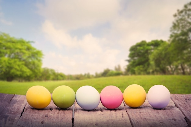 Ряд пасхальных яиц на деревянный стол