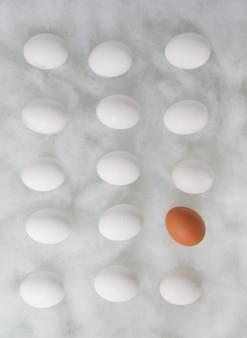 흰색 실크 스레드에 계란의 행입니다.