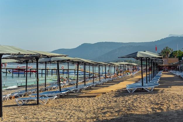 Ряд пустых шезлонгов на пляже в кемере, анталия