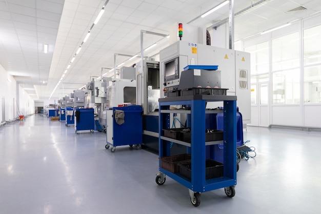 Ряд оборудования по производству металлических деталей на заводе