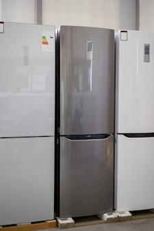 家電店の冷蔵庫の列