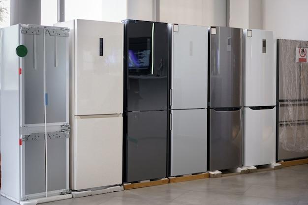 Ряд холодильников в магазине бытовой техники