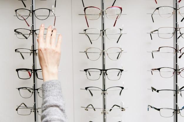 Ряд очков в оптике. магазин очков. стенд с очками в магазине оптики.