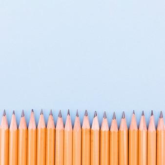 Ряд графитовых карандашей