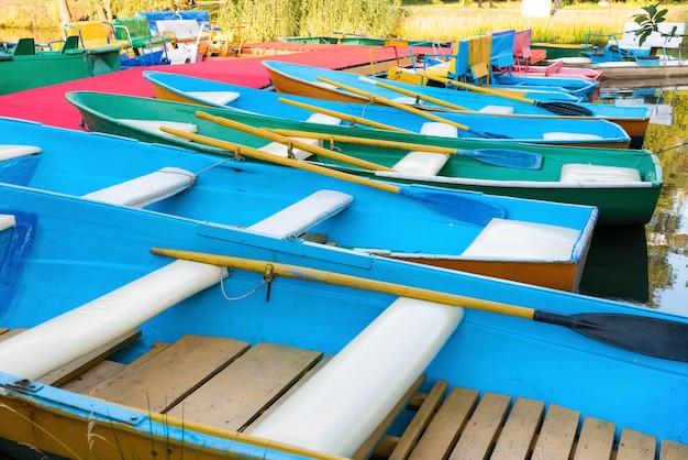 桟橋にたくさんの空のカラフルなボートの列