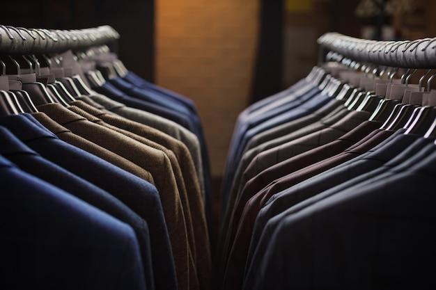 Ряд мужских пиджаков, висящих в шкафу