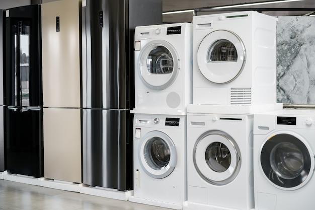 Ряд новых стиральных машин в гипермаркете