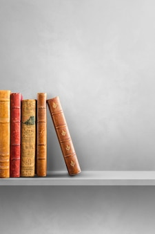 Строка старых книг на серой полке. вертикальная фоновая сцена