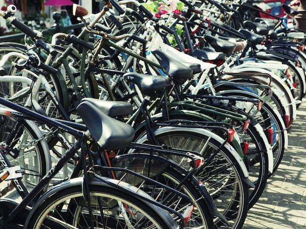 駐車したカラフルな自転車の列