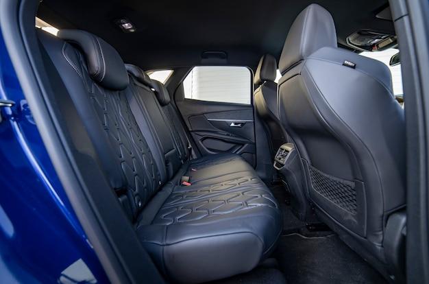 검은색 드라이클리닝 천으로 덮인 조수석 뒷좌석 열; 사전 판매 준비 파란 차