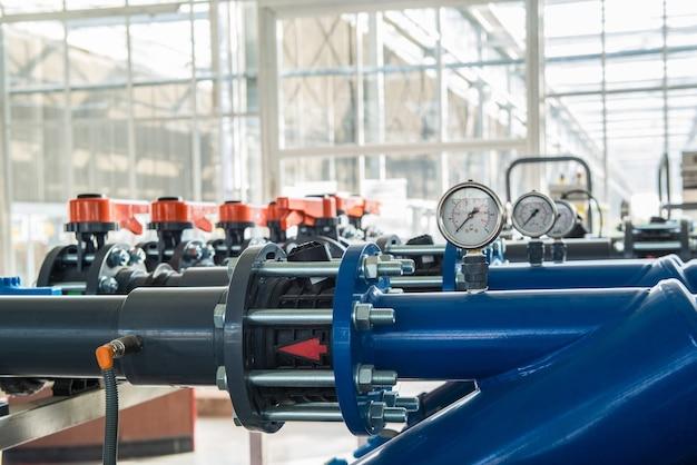 Ряд пластиковых труб с датчиками давления воды
