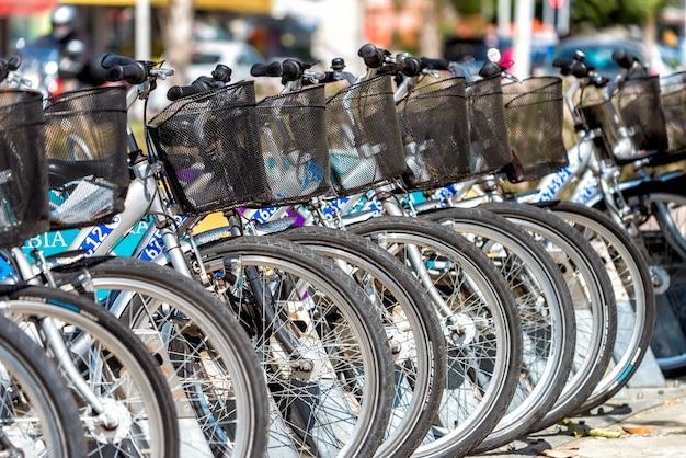 Ряд общественных велосипедов на стоянке
