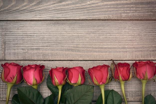 赤いカットのバラの列