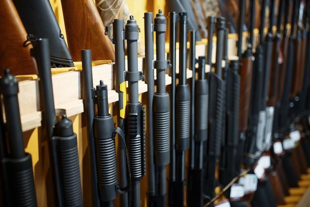 Ряд винтовок на витрине в оружейном магазине