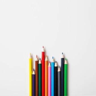 흰색 배경에 대해 날카로운 색연필의 행