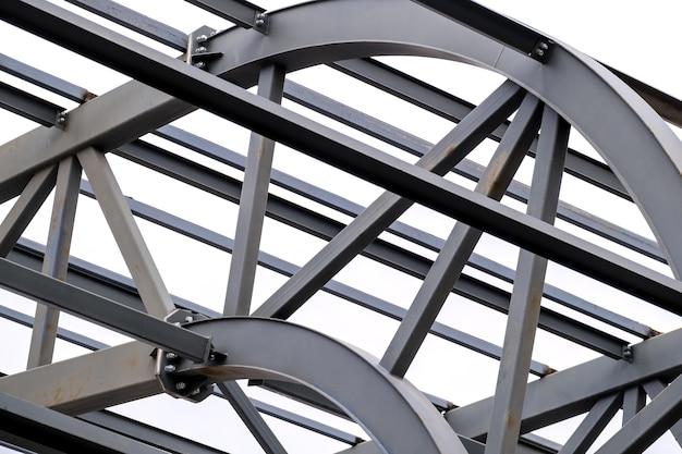 Конструкция металлических опор кровли стадиона. промышленный стальной фон. нет людей.