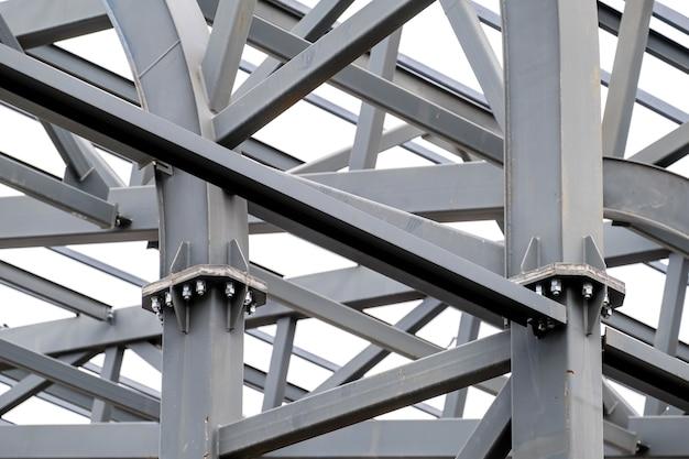 Конструкция металлических опор кровли стадиона.
