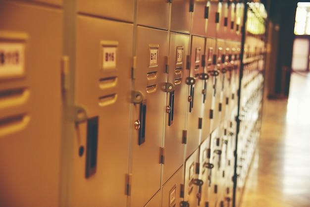 Ряд стальных шкафчиков