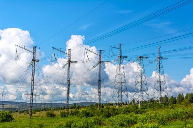 高電圧送電鉄塔の列