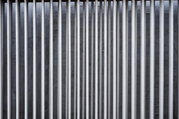 콘크리트 벽에 수직 알루미늄 울타리의 행