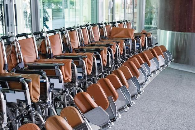 病院で患者サービスのために駐車された車椅子の列