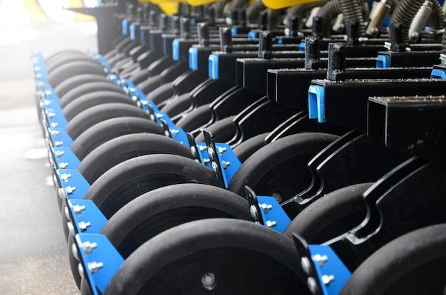 Ряд колес новой промышленной сельскохозяйственной сеялки крупным планом