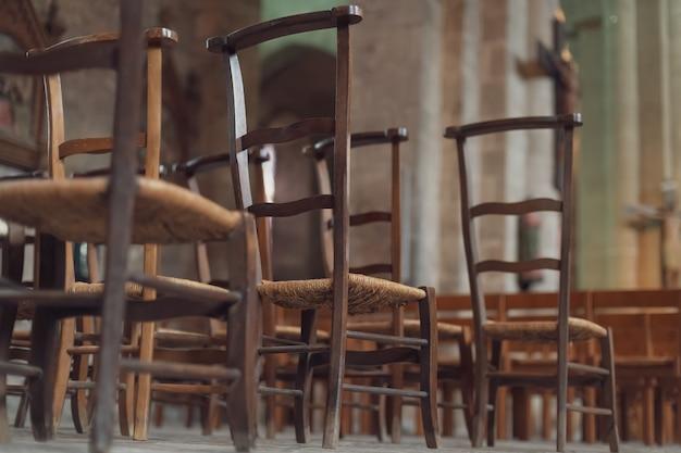 Ряд деревянных стульев внутри церкви во франции.