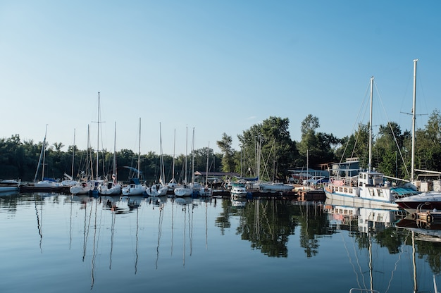Ряд яхт на якоре в гавани европейского города.