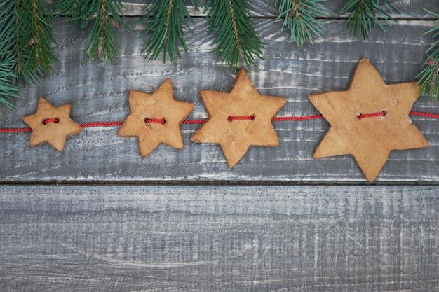 Fila di biscotti a forma di stella e pane allo zenzero