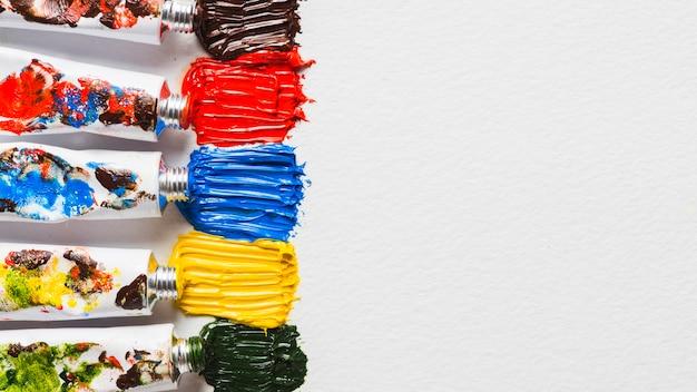 Fila di tubi vicino a sbavature di vernice