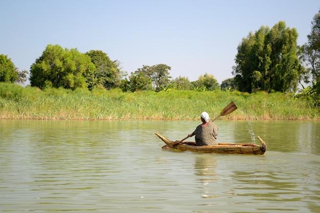 アフリカ、エチオピアのタナ湖のシンプルな手rowぎボートでの移動