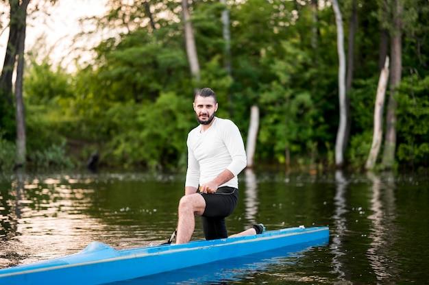 カヤックで男とボートのコンセプト