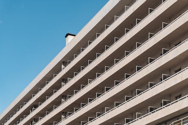 斜めから見た都会の現代的な建物のバルコニーの列