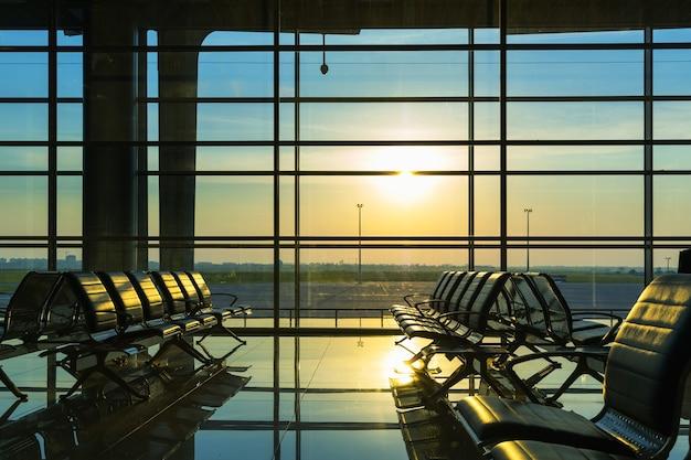 Ряды скамеек в зале аэропорта