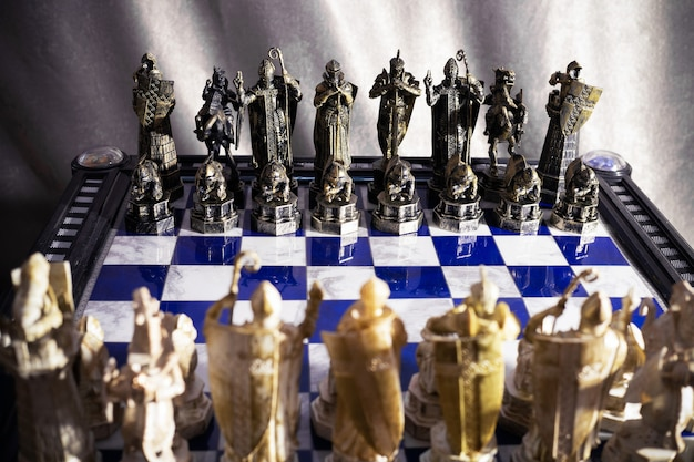 Строки черных и белых шахматных фигур из фильма о гарри поттере друг напротив друга на шахматной доске - санкт-петербург, россия, июнь 2021 года.