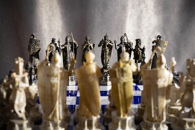 Ряды черно-белых шахматных фигур из фильма гарри поттер на шахматной доске - санкт-петербург, россия, июнь 2021 года.