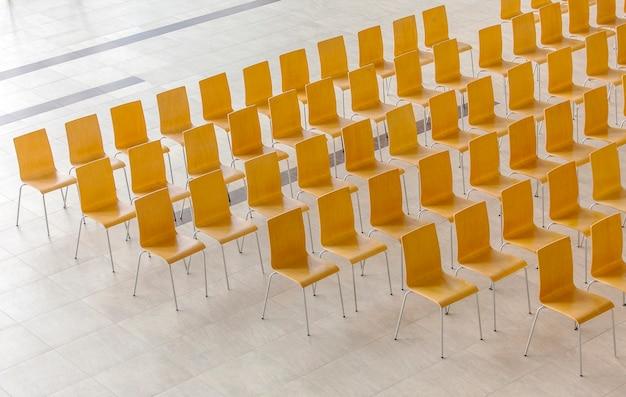 椅子の列-会議の背景。上から見る