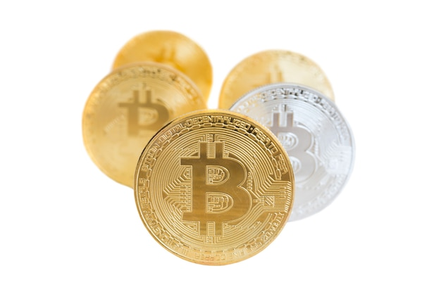 Ряды золотых и серебряных биткойнов, изолированные на белом фоне. концепция добычи электронных денег