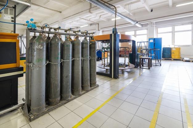 Ряды серых газовых баллонов. установка для подачи аргона в промышленное оборудование.