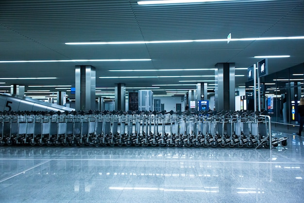 空港ターミナルの荷物かごの列